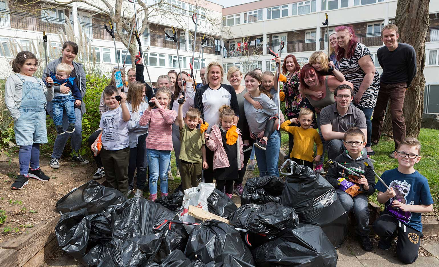 Keynsham residents team up with local Curo staff for community clear-up